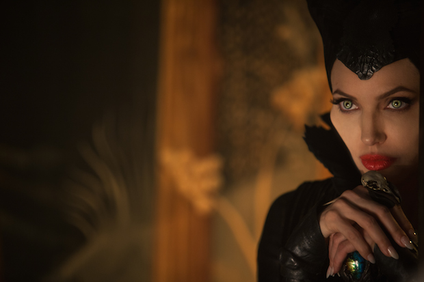 安吉丽娜·朱莉饰演一位被背叛的仙子。 Keith Hampshere/Walt Disney Pictures