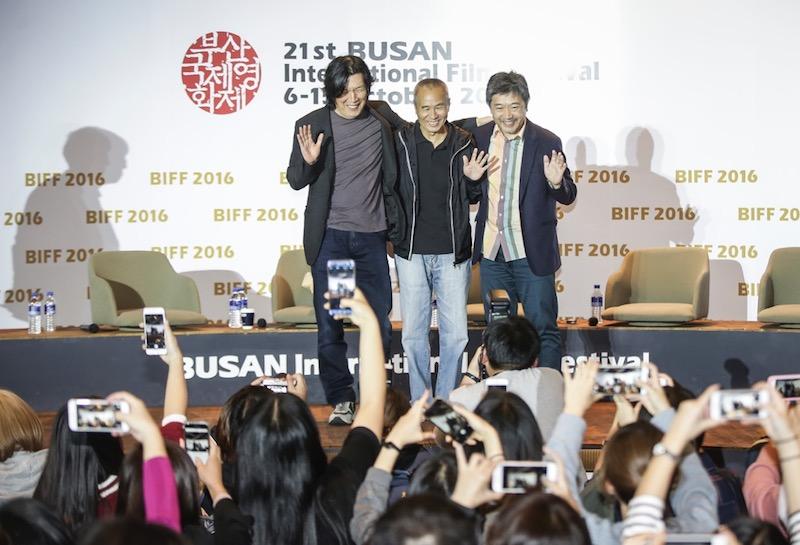 本届釜山电影节,对谈现场。从左至右:李沧东、侯孝贤、是枝裕和
