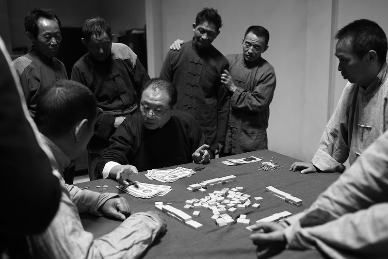 《不成问题的问题》描绘的中国人情社会放到今日来看仍有共鸣,而范伟也以八面玲珑的丁主任一角(左三坐者)获得本届金马奖最佳男主角。|金马影展