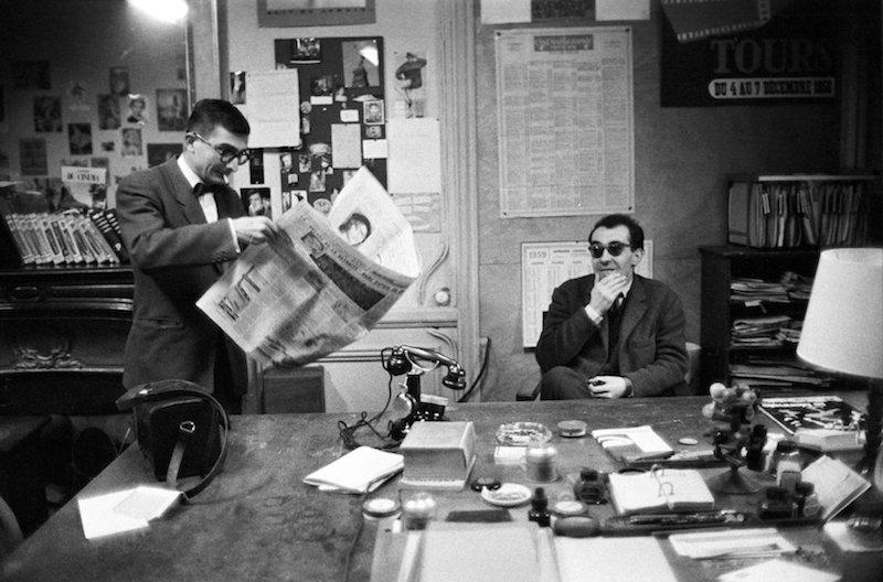 克劳德·夏布洛尔(Claude Chabrol)和戈达尔(Jean-Luc Godard)在《电影手册》(Cahiers du cinéma)编辑部, 1959年 |图片来自网络