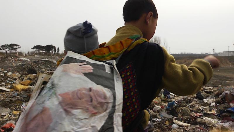 垃圾堆里印着英国王室成员的婚礼照的英国报纸(《塑料王国》剧照)