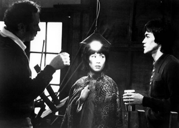 1973年和李小龙,右,一起出现在罗伯特·克劳斯指导的经典影片《龙争虎斗》,她通过扮演李小龙在劫难逃的姐姐,确立了自己在功夫片中的地位。 Warner Bros., via Photofest