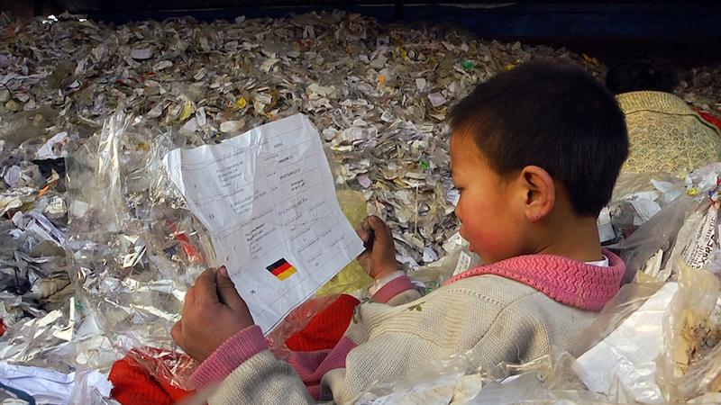 彭的儿子阿孜捡到的印有德国国旗的出货单(《塑料王国》剧照)