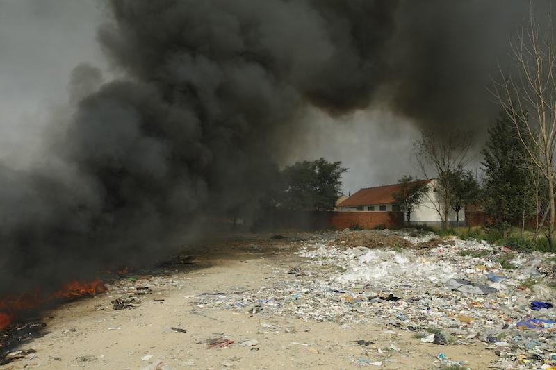 垃圾场焚烧的浓烟(《塑料王国》剧照)
