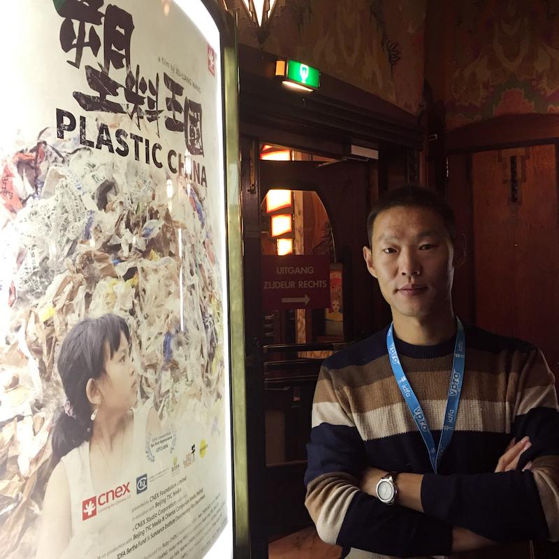 王久良在《塑料王国》海报前(岳冠廷摄)