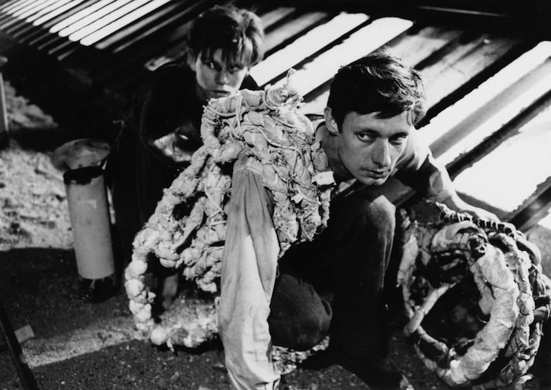 《死囚越狱》剧照,右一为该片男主角弗朗索瓦·莱特瑞尔|图片来自网络