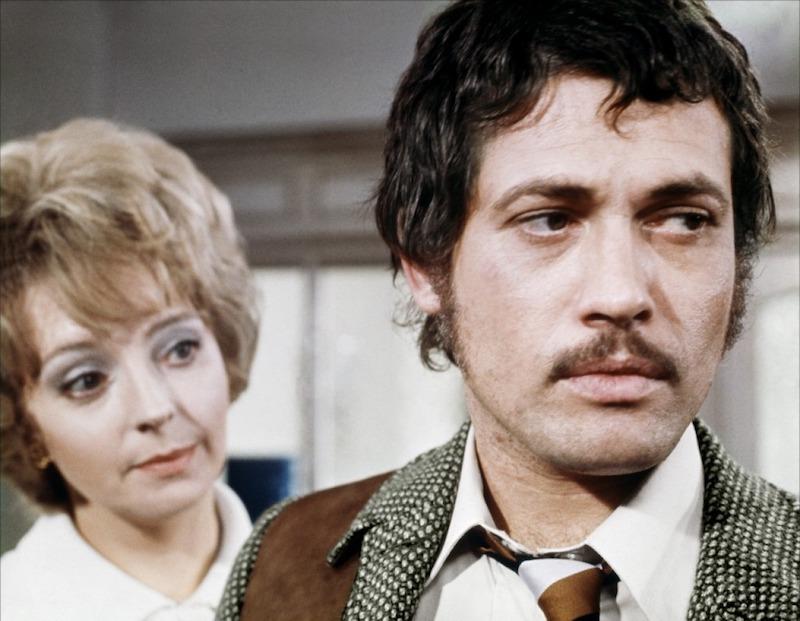《狂凶记》剧照,右为乔·芬奇(Jon Finch),左为芭芭拉·利-亨特(Barbara Leigh-Hunt)|来自网络
