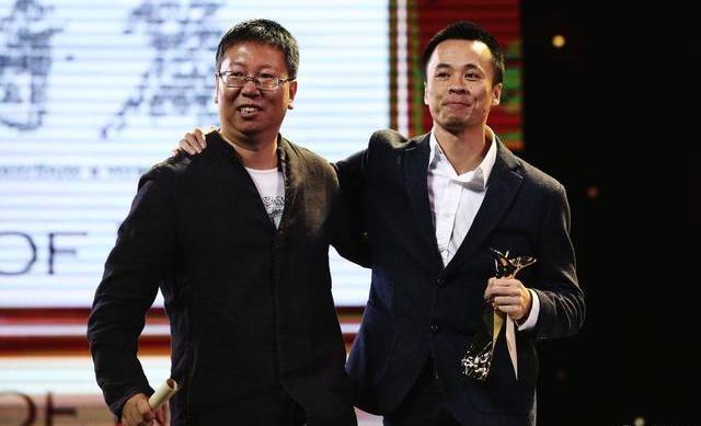 《我的诗篇》导演秦晓宇(左)和吴飞跃(右)领取上海国际电影节最佳纪录片奖|来自网络