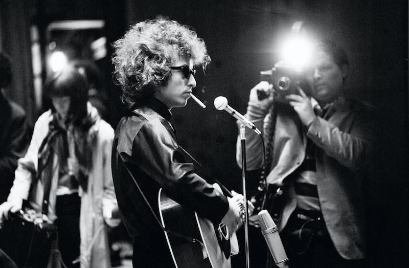 "D.A. Pennebaker在拍摄Bob Dylan演唱会现场。出自电影《别回头》(""Don't look back"")"