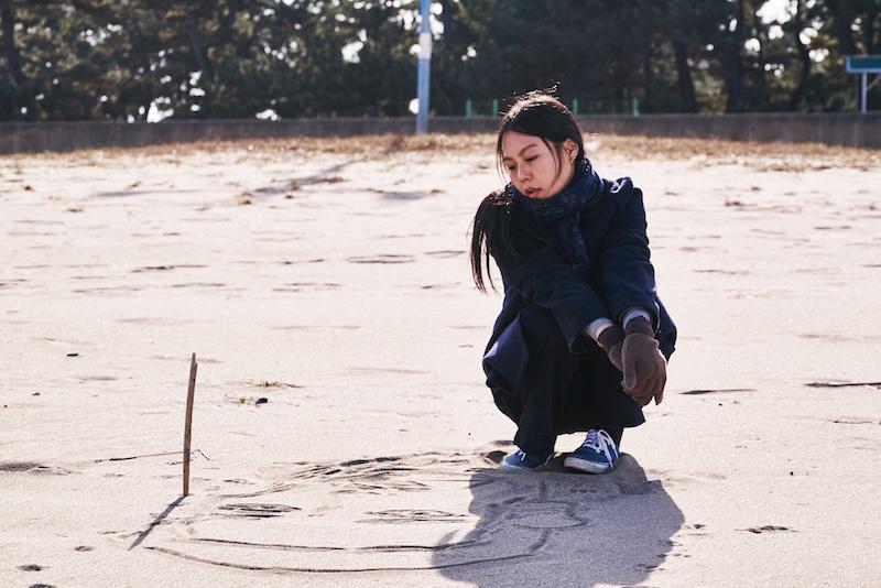 独自在夜晚的海边|Kim Jinyoung ©️2017 Jeonwonsa Film Co.