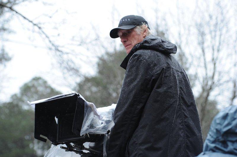 拍摄《007: 大破天幕杀机》(Skyfall)时的罗杰·狄金斯,这个背影似乎有点落寞,还挺应景|来自网络