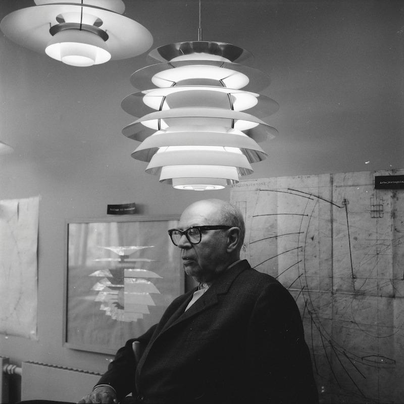 保尔·亨宁森和他的设计, 1964. |©️Photography: Grethe Buhl. 哥本哈根皇家图书馆